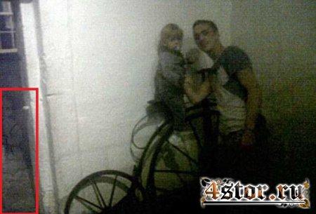 На фотографиях из музея семейная пара разглядела девочку-призрака